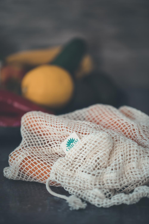 Vad innebär GOTS certifiering? - Vad innebär GOTS certifiering?GOTS står för Global Organic Textile Standard och är en internationell märkning som ställer sociala och miljömässiga krav. Gots är en märkning som ser till helheten, med hänsyn till både miljö och socialt ansvar. Odlingen ska vara utan bekämpningsmedel och konstgödsel och inga kemikalier får användas under tillverkningen. Det ställs krav på arbetsförhållandena, bland annat på att arbetsplatsen skall vara säker och hygienisk och att de anställda har veckovila och får levnadslön. Fabrikerna besöks ocksåregelbundet.TEXT : Från Omom's hemsida.
