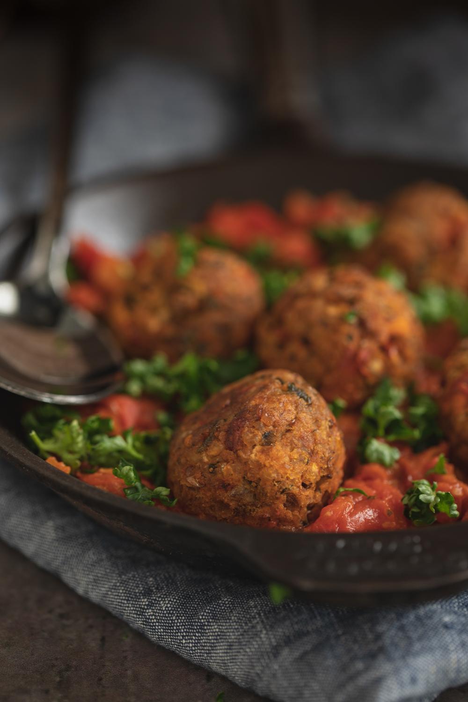 Grekiska bollar med mustig tomatragu -