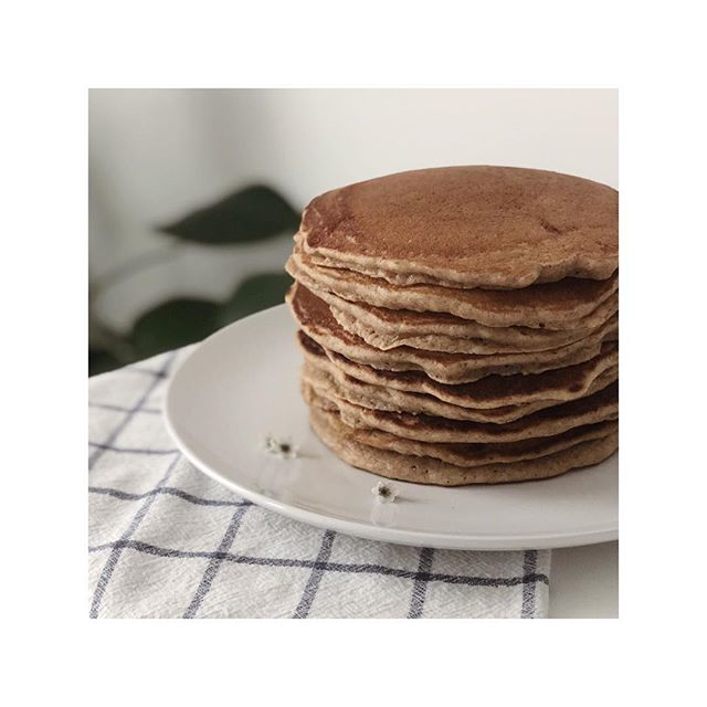 woke up to rain on the window and a craving for pancakes (recipe in stories)  #spelt #pancakes #shortstack