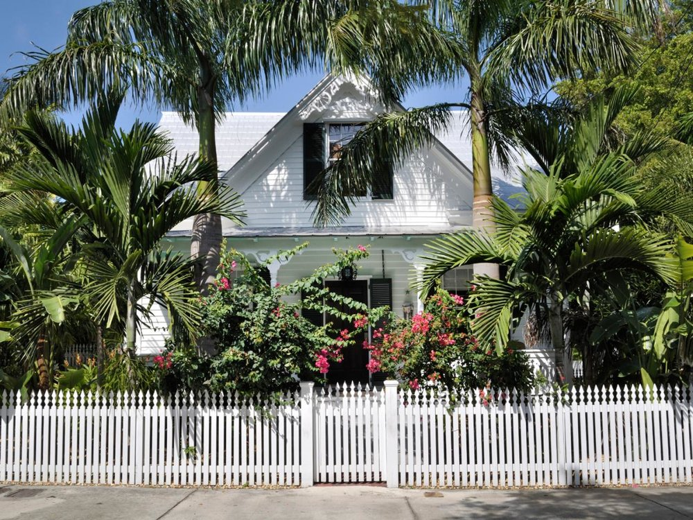 istock-14055330_key-west-cottage-white-fence_s4x3.jpg.rend.hgtvcom.1280.960.jpeg