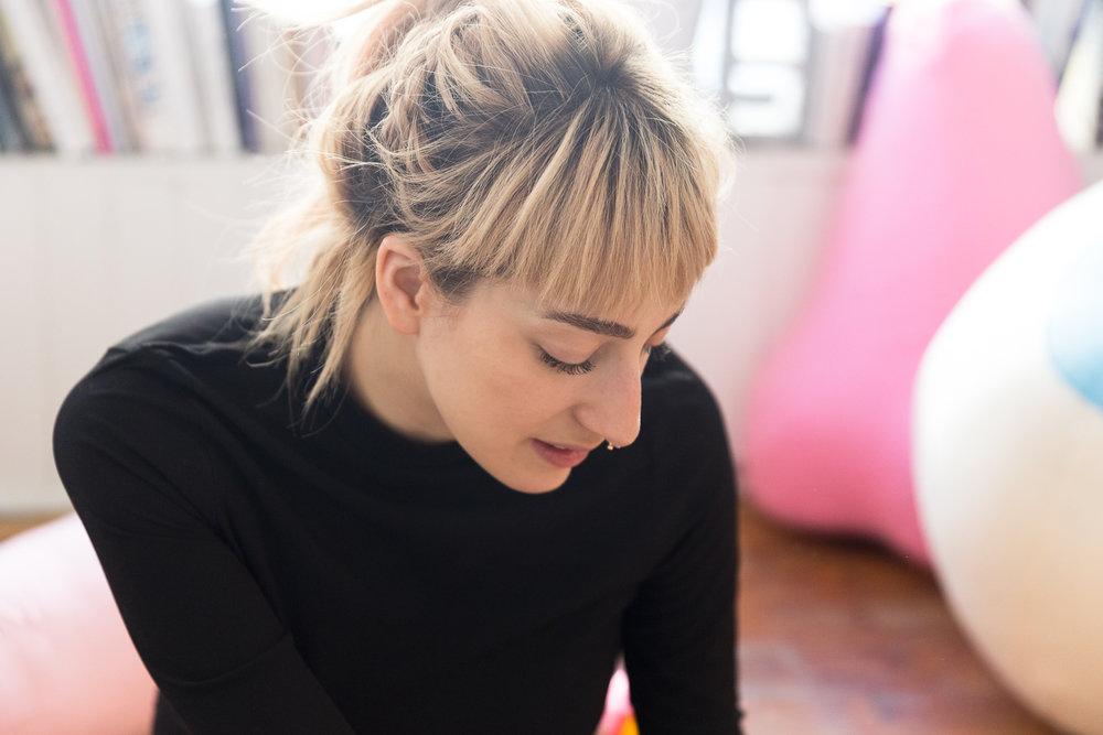 Pony - Du 4 au 9 mars 2017, Gabrielle Laïla Tittley alias Pony, présentait sa première installation artistique, au Centre Phi.On m'a demandé d'aller à la rencontre de cette créatrice unique et de ramener quelques clichés de son travail en vue de l'installation No Role Models.De la lumière, de la couleur et un univers qui passe de l'imagination à la réalité.