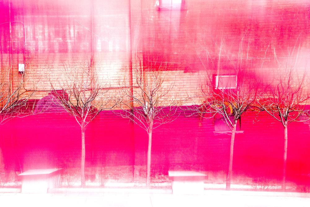 Désincarné - Nous sommes constamment exposé à une surabondance d'images et de stimulations. L'exploration visuelle réside cette fois dans l'estompement et l'effacement dû à cette même surabondance, cette saturation. J'explore ici l'inverse de la mémoire fidèle des lieux. Il s'agit d'interpréter les lieux photographiés afin qu'ils deviennent désincarnés, qu'ils naviguent entre le passé, le présent et le futur.