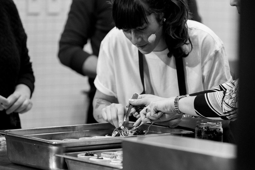 Food Core | Essence culinaire - Dans le cadre du Festival Cinéma Paradiso, le Centre Phi a jumelé la projection de Ramen Shop à un atelier Essence culinaire. Cette fois, la journaliste Ève Dumas présentait l'oeuf, qui était à l'honneur dans les déclinaisons de la chef Gita Seaton du café Crew Collective.