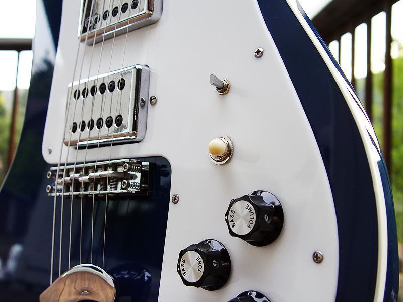 HUMBUCKERS HAVE UNIQUE PHASE SWITCH (TOP)