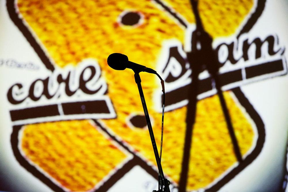 CareSlam Bühnenhintergrund mit Mikrofon