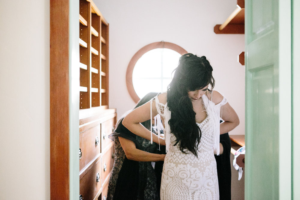 Bride gets ready with help of mom