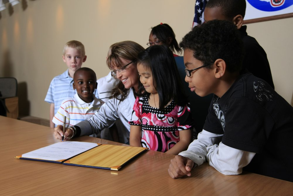 Flickr_-_The_U.S._Army_-_Sarah_Palin_signs_Alaska_legislation_supporting_Army_kids_and_NCOs.jpg