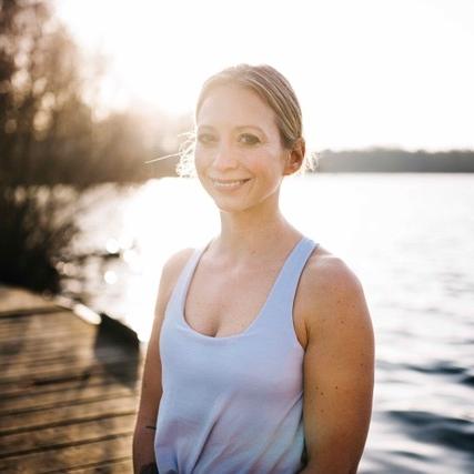 """Sandra von Zabiensky - Hamburg""""Mindful Blogging bedeutet für mich, authentisch zu erzählen und zu teilen, sich miteinander wahrhaftig zu verbinden. Denn letztendlich gilt auch für Social Media und Blogging: Es wird immer das entstehen, was du hineingibst. Für mich ist das Liebe, Verletzlichkeit, Freude, Inspiration.""""House of Grace"""
