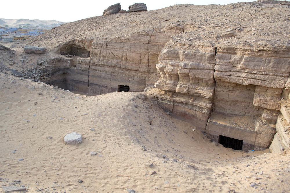 Indgangene til to af de grave, som landsbyboerne fandt. Foto: Rasmus Bøgeskov Larsen