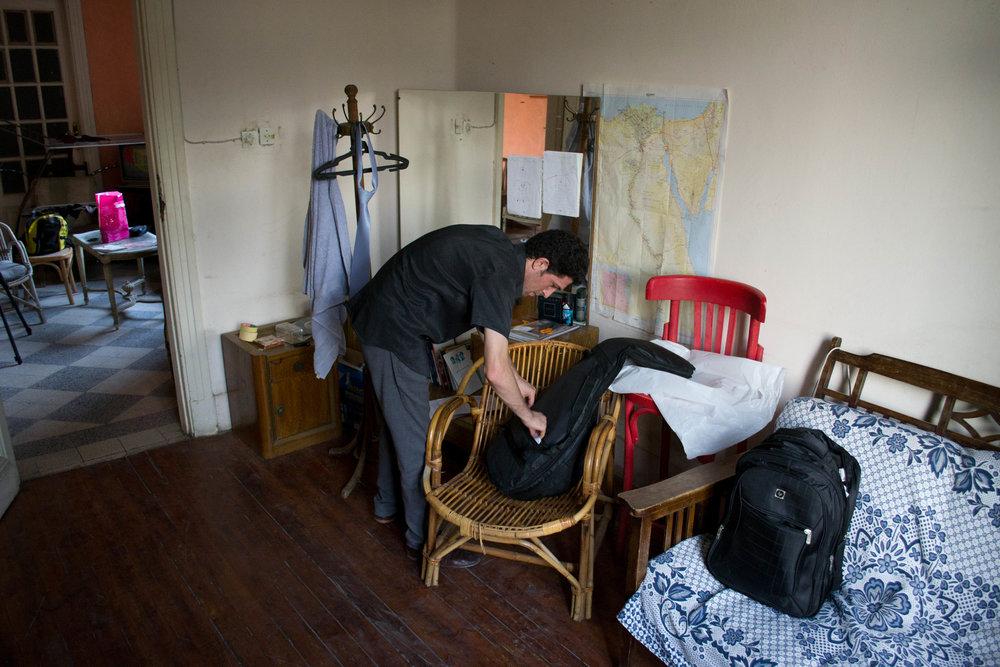 Nabil pakker sin taske på værelset i Kairo. Foto: Rasmus Bøgeskov Larsen