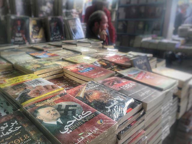 Kairos bogmesse er altid fascinerende og giver et godt indtryk af Egyptens forvirrende mangfoldighed og mangetydighed. Her ligger 'Mein Kampf' lige ved siden af Machiavellis 'Prinsen' og Orwells '1984'.