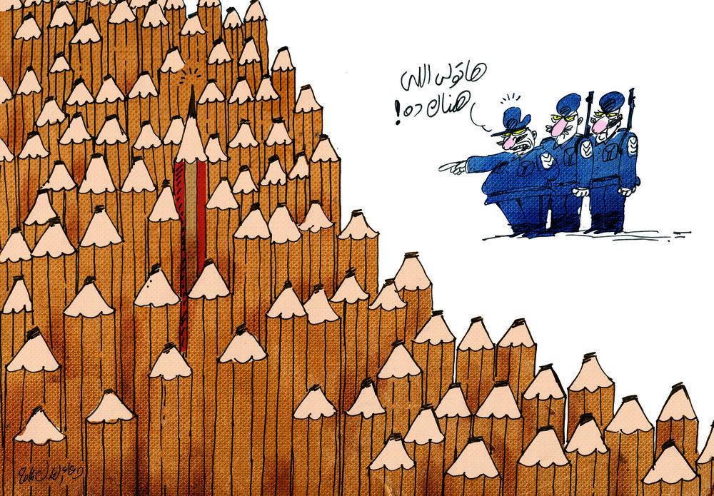 """Doaa el-Adel tegnede denne karikatur efter anholdelsen af flere kritiske journalister. En overbetjent siger til sine to betjente: """"Få fat i ham dér""""."""