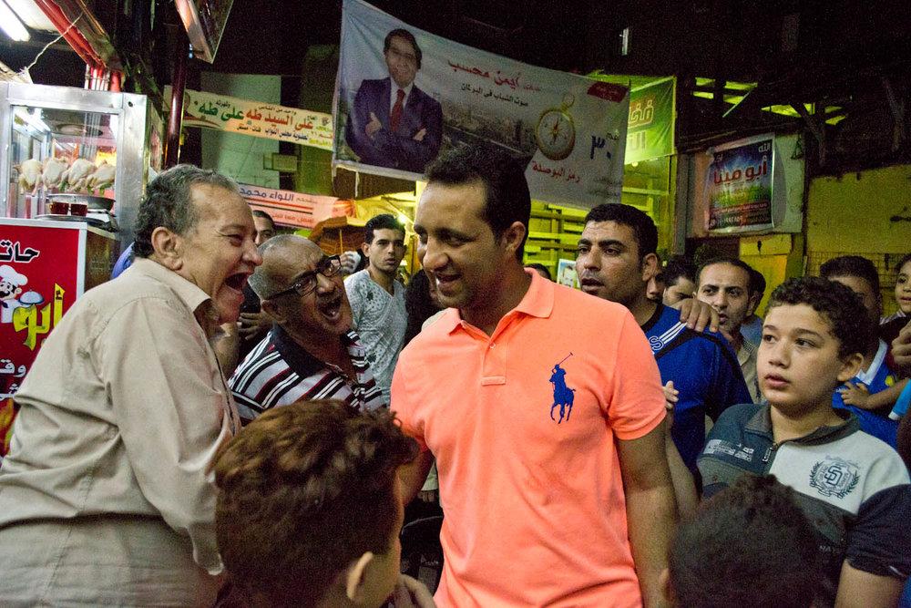 Ahmed Mortada Mansour går fra hus til hus og trykker hænder.