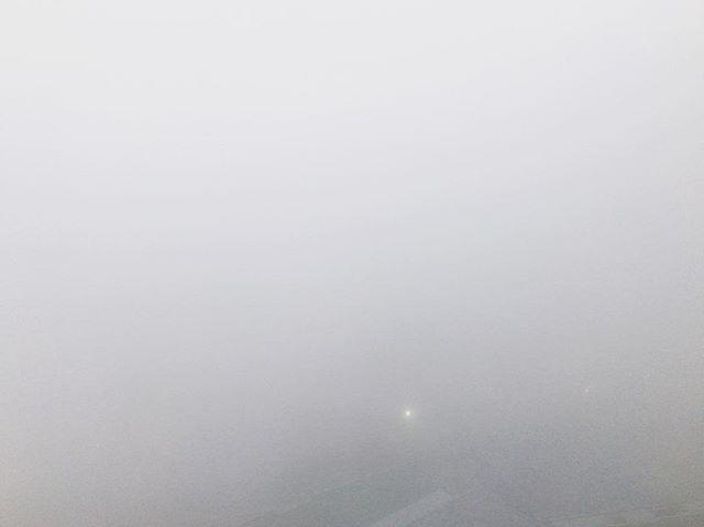 昨日から発令中の霧🌁 本日も真っ白〜❗️お部屋から、下も横も上も何も見えません〜 薄っすら見える道路はいつにもなく大渋滞の様子❗️ 皆さま、大丈夫でしょうか?🤧🍀