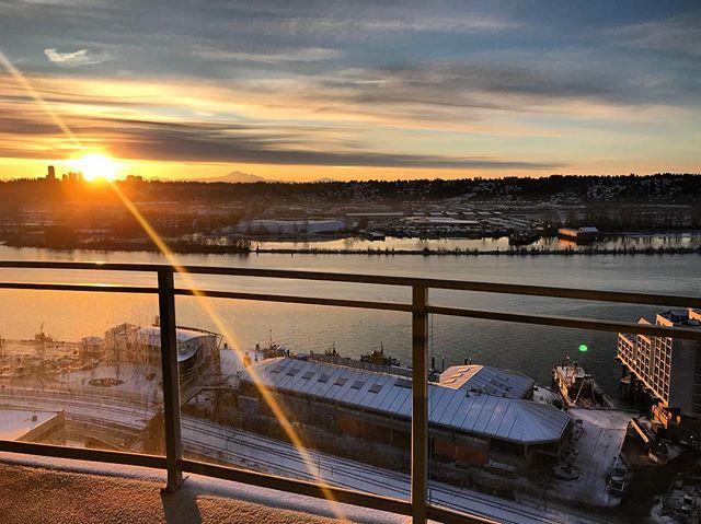 Good morning 🌅 昨日も沢山雪が降りましたが、本日は素晴らしい太陽と共に。。 1日が始まりました☺️🌅 本日も皆さま〜 素敵な一日をお過ごし下さいませ☺️🌅 from Vancouver 🇨🇦 #cheerscanada