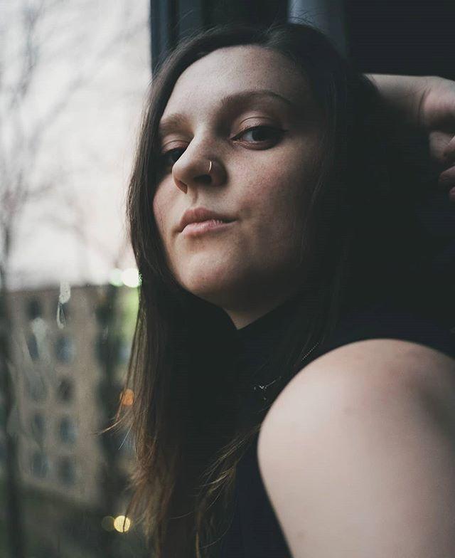 Rén. Modeling portraits. . #portraitphotography #photographer #roseglassphotos #kdpeoplegallery #agameoftones #photographysouls #portraitgames #portraitpage #marvelous_shots #photoshoot #featurepalette #featurecollective #photocollective #dusk #freckles