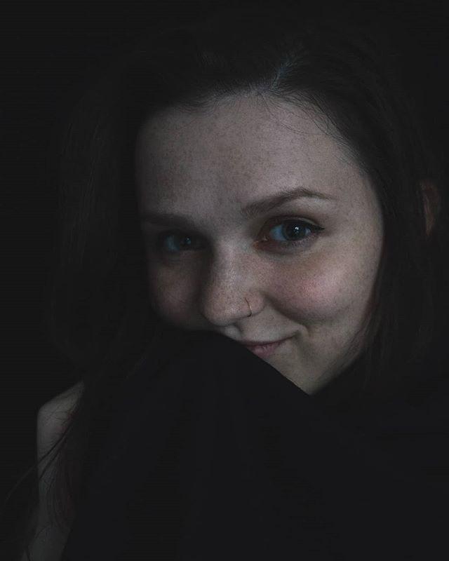 Rén. Modeling portraits. . #portraitphotography #photographer #roseglassphotos #kdpeoplegallery #agameoftones #photographysouls #portraitgames #portraitpage #marvelous_shots #photoshoot #featurepalette #featurecollective #photocollective #dusk #girlswithfreckles