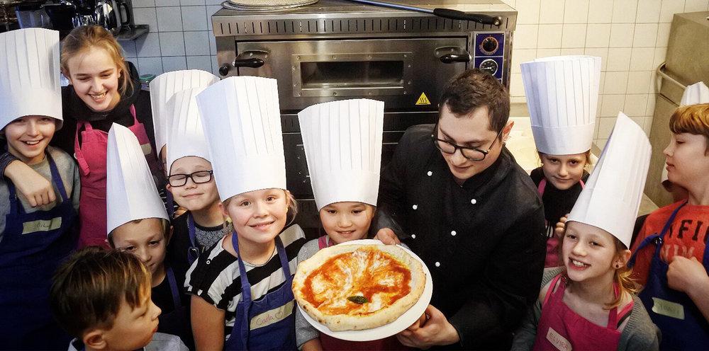 Osteria Alfredo er både for voksne og børn. Ungerne er altid velkomne i køkkenet, så de kan se, hvordan god mad bliver lavet. Hvert år holder vi desuden børnekokkeskole.