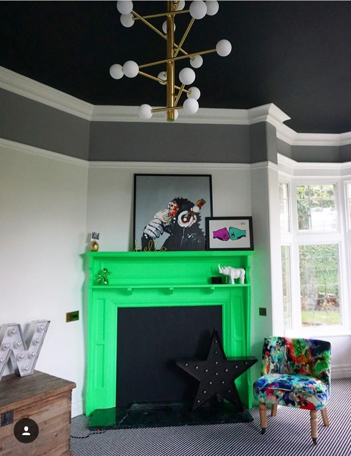 I love this fabulous black ceiling in the home of Katie Woods   @comedowntothewoods   ...... The black helps to show off the beautiful original cornicing which would fade away into a white ceiling
