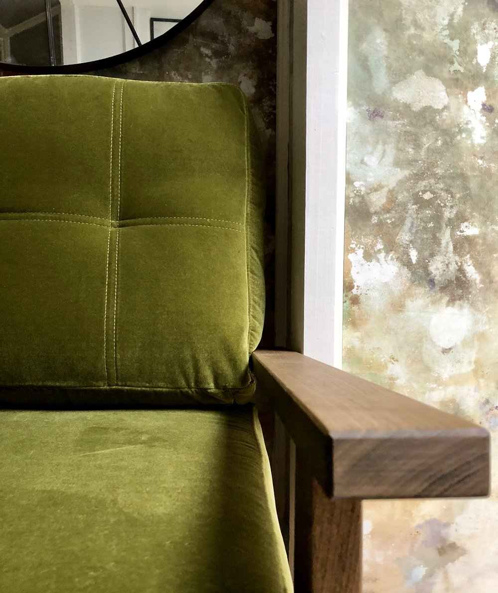 The english oak frame works so well with the olive green velvet…..