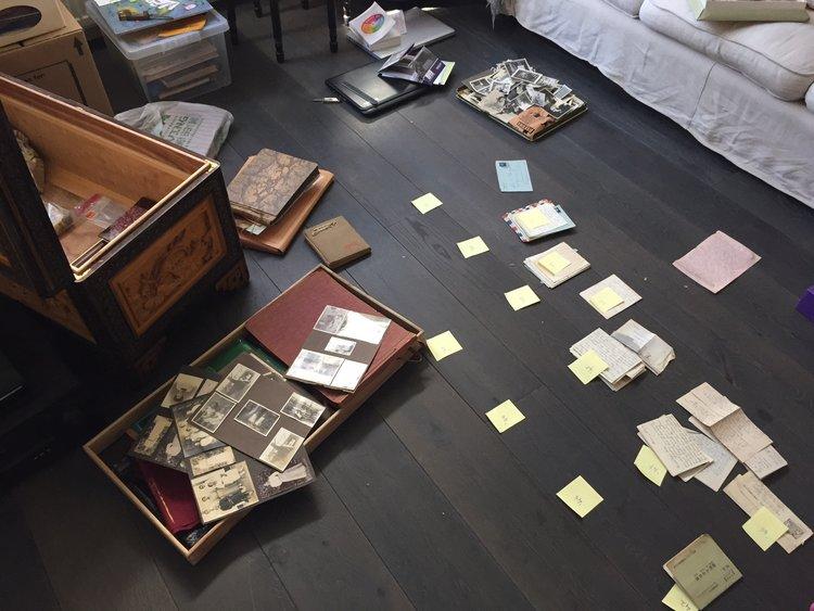 Een zware kist in een woonkamer vol orchideeën — Gewoon een indisch ...