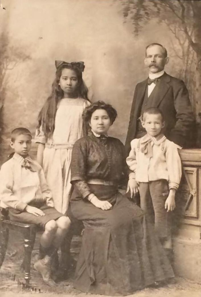 In het midden mijn betovergrootmoeder Lucie Buchel (de Vos) van Steenbergen, omstreeks 1910.