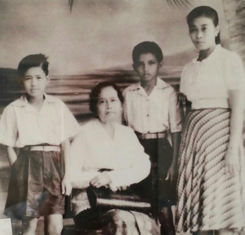 Maurice (links)en André (rechts) met oma en de hulp van oma Kama - Sibolga omstreeks 1948