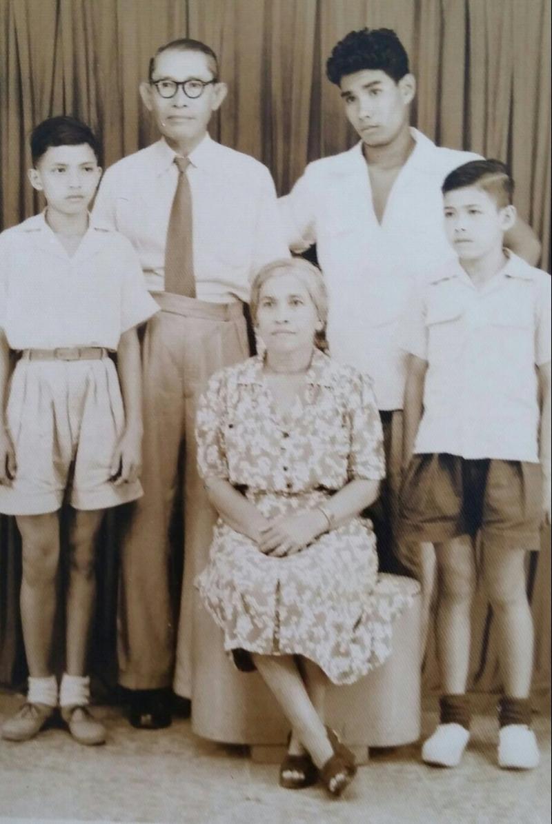 De familie in Jakarta, 1951. Van links naar rechts: Andre, oom Miel. tante Marie, Jan en Maurice