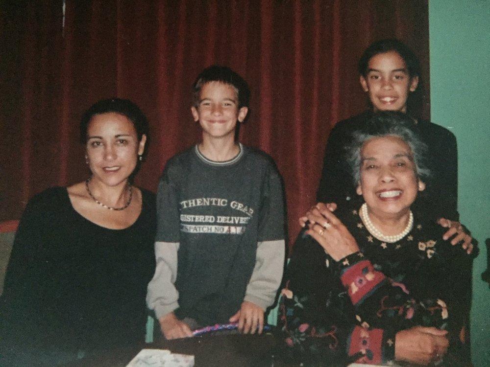 M'n moeder, broertje, 11 jarige-ik en tante Naia.