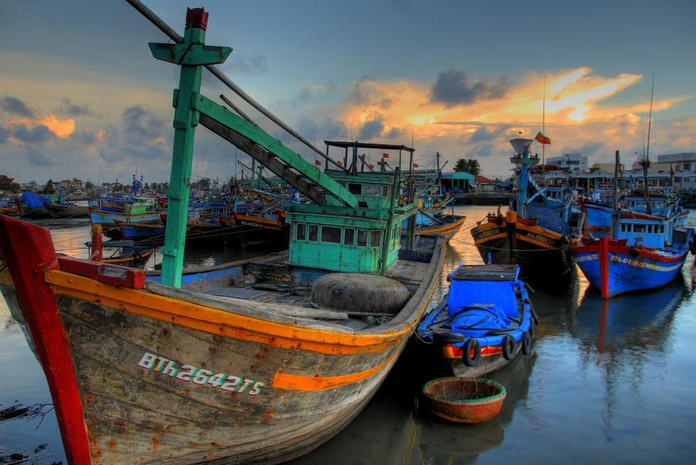 ….A Hidden Paradise..Một thiên đường ẩn giấu…. - ….Nestled into Vietnam's south central coastline, far away from the bedlam of city life, Mui Ne is an oasis of calm. Throughout its many years as a small fishing community, life in Mui Ne has thrived on the sea. Nowadays, adventurous travelers, sports lovers, and unhurried holidayers come to relax and rejuvenate on the palm fringed shores that stretch along the beachfront..Nép mình dọc bờ biển Nam Trung Bộ của Việt Nam, xa cuộc sống tấp nập của thành phố, Mũi Né là một ốc đảo êm ả yên bình. Từ một làng chài nhỏ, Mũi Né ngày nay phát triển mạnh với hàng trăm khu nghỉ dưỡng thu hút nhiều khách du lịch thám hiểm, những người yêu thích thể thao và du khách đến nghỉ ngơi thư giãn bên rặng dừa xanh trải dài dọc theo bờ biển….