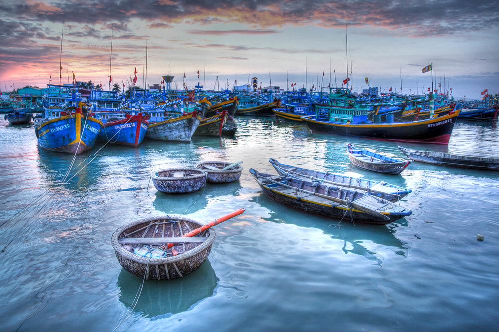 ….Mui Ne Fishing Village..Làng chài Mũi Né…. - ….At the heart and soul of Mui Ne, fishermen have long been plying their trade here to earn their wage and provide food for the locality. Travel up the coast just 15 kilometers and you'll find the traditional fishing village, its waters busy with colourful crafts, as well as Vietnam's ubiquitous coracle round boats.Visit at dawn to see the returning fishermen bring in their catch of the day and begin trading right on the shores of the beach..Làng chài nằm ngay trung tâm Mũi Né, ngư dân từ lâu chăm chỉ buôn bán để mưu sinh tại nơi này. Di chuyển dọc theo bờ biển chỉ 15km, Quý khách sẽ tìm thấy làng chài truyền thống, vùng biển bận rộn với đồ thủ công mỹ nghệ nhiều màu sắc cũng như tàu thuyền tấp nập của Việt Nam.Tham quan làng chài lúc bình minh, Quý khách sẽ thấy được cảnh ngư dân trở về sau một chuyến đánh bắt với những mẻ lưới đầy cá tôm và bắt đầu diễn ra hoạt động mua bán hải sản ngay trên bãi biển….