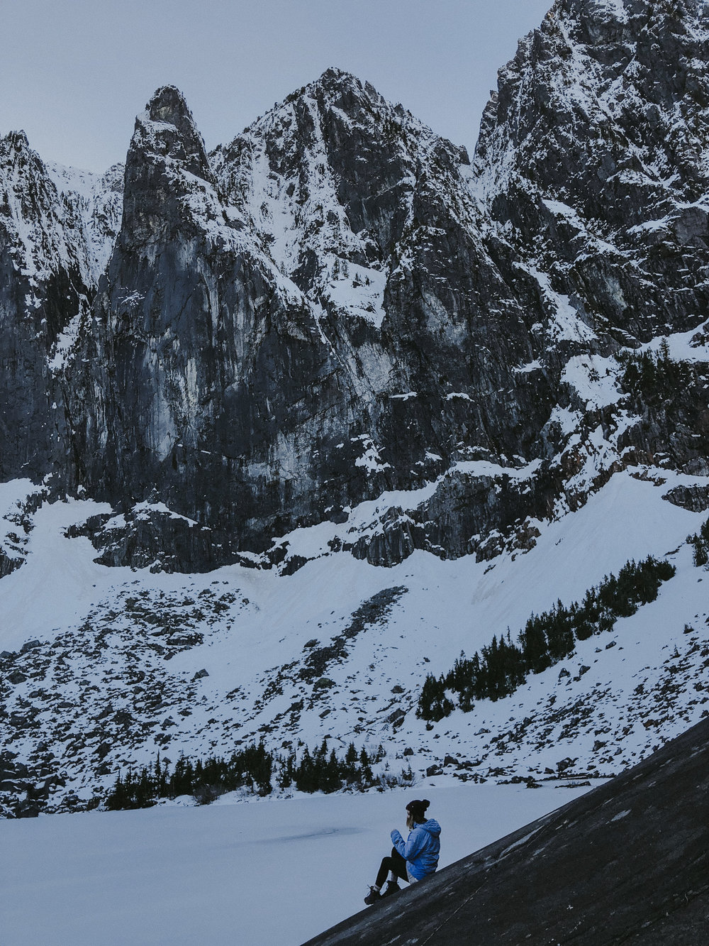 hiking lake serene in the snow with wanderingbackpack-12.jpg