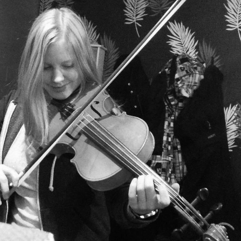 """Siiri Siltanen   """"Siiri Siltainen on lahjakas viulisti, ja hän on usein Saken seurana lavalle esittämään herkkiä ja pehmeitä teoksia. """""""