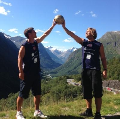 Morten Håland og Dag Briseid holder Gullballen. Gullballen er en pris som blir delt ut til den spilleren som spiller seg til flest rankingpoeng i løp av en sesong.