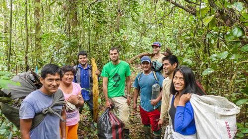 El equipo de Camino Verde más algunos voluntarios, cosechando ramas y hojas de canelón en 2016