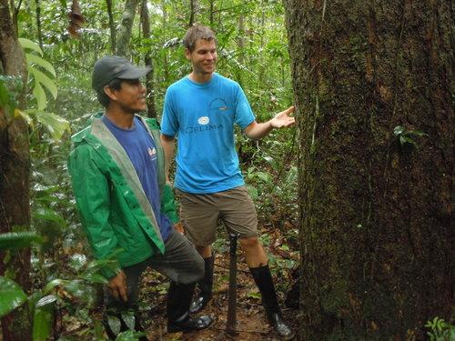 Huinga y el autor visitando un árbol de canelón en 2012.