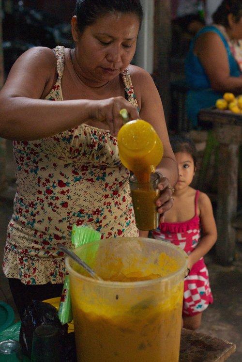 Sirviendo aguajina - jugo de aguaje espeso - en el mercado de Belén en Iquitos, Perú. Foto gracias a Andrew Schwarz.