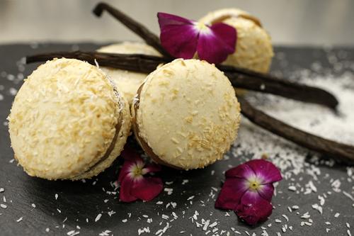 coccoIl cocco è presente sia all'interno del guscio, insieme alla farina di mandorle e all'albume d'uovo, che nella ganache. Gusto stile