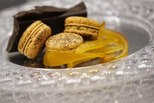 cioccolato all'arancia e cointreauQuesto macaron è l'Unione golosa tra diversi aromi di cacao e la freschezza invadente delle note d'arancia, arricchito di scorze candite e una parte di Cointreau. -