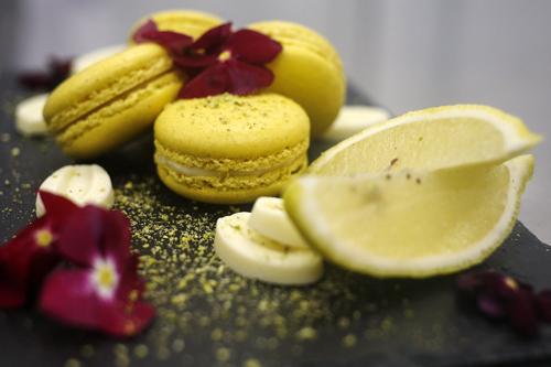 limone e basilicoil gusto dei nostri macarons al limone arricchito da una delle erbe aromatiche tipiche del nostro paese e della regina delle stagioni, l'estate. -