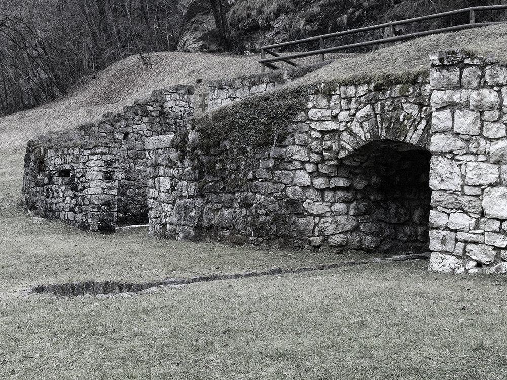 Il forno della Calchera ed il rudere della struttura ad essa vicina