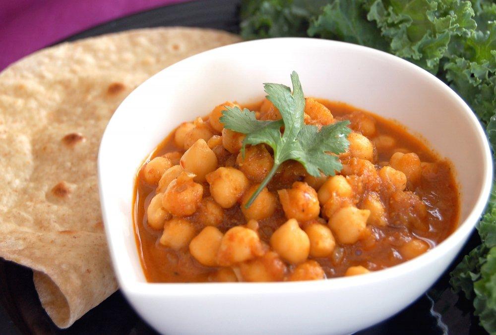 CARI aux POIS CHICHES du NORD de l'INDE - {Channa Masala Arvinda's}Le Channa Masala est un des mets favoris dans les restaurants et pour les végétariens et les yogis. Notre produit, légèrement épicé et aromatique, donne aux pois chiches un arôme sublime. Cette recette à base de Channa Masala Arvinda's donne un cari aux pois chiches du Nord de l'Inde goûtant légèrement le cumin et le curcuma.