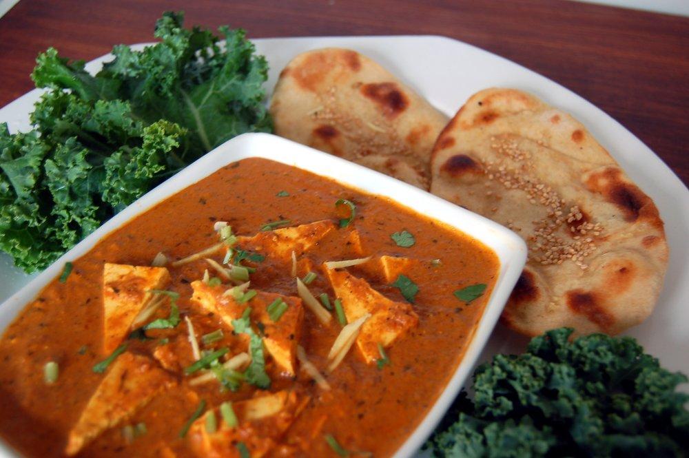 SHAHI PANEER - {Paneer Masala Arvinda's}Le Shahi Paneer est un des caris végétariens les plus décadents de l'Inde. Il s'agit d'un délicieux cari aromatique qui enrobe délicatement le paneer, un fromage à pâte pressée indien. Servi avec du pain naan et du pullao au safran pour le plaisir des sens!