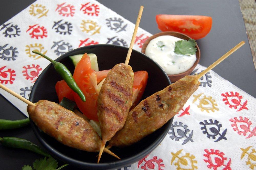 KÉBABS de STYLE INDIEN - {Kebab Masala Arvinda's}Grâce au Kebab Masala Arvinda's, vous pourrez déguster un des mets les plus prisés de la cuisine de rue de l'Inde. Ce mélange d'épices est parfait pour assaisonner de la viande que vous mettrez dans un pita avec de l'aïoli ou pour relever le goût de vos hamburgers lors de votre prochain BBQ.