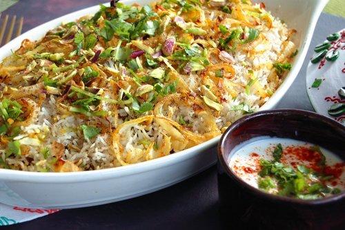 BIRYANI au POULET - {Biryani Masala Arvinda's}Ce plat classique composé de succulent poulet mijoté dans une sauce épicée, qui est étendu entre des couches de riz basmati aromatique au safran est une des façons les plus spectaculaires de savourer le summum de la cuisine indienne. Ce mets complet fera le plaisir de tous!