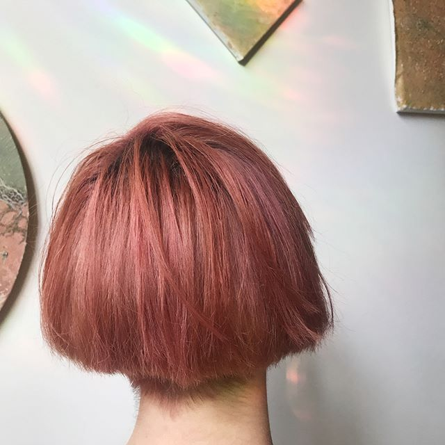 🌹 antiqued rose gold & pink goddess energy infused for Liz today with a gloss ✨ a gloss is a deposit of color onto previously lightened hair and helps with EMBODIMENT of the intention of the color Medicine ✨🌈✨ . . . #colorhealing #intuitivehaircolor #colortherapy #highvibehaircolor #rosegoldhair #colormedicine #embodiment #rootchakra