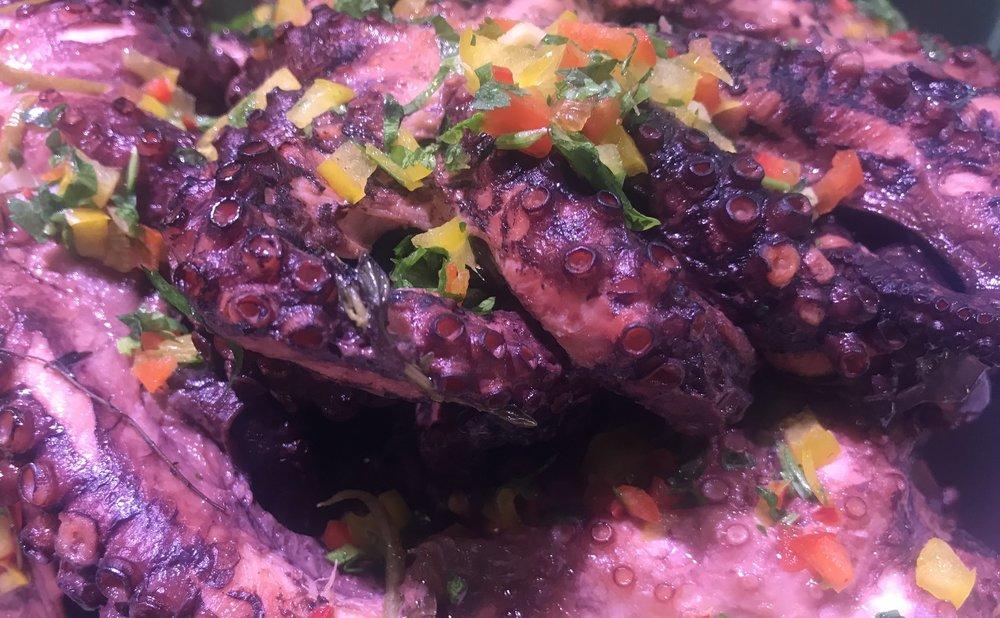 Herkkunuotan grillivalmis mustekala on käsittämättömän mahtava kokemus. Jos mustekalan kumimaisuus häiritsee, niin tässä herkussa sitä ei joudu todistamaan. Herkullista grillattuna vaikkapa salaatin joukossa. Tiesitkö muuten, että meiltä saat myös vamista vinaigrettea salaattiisi.