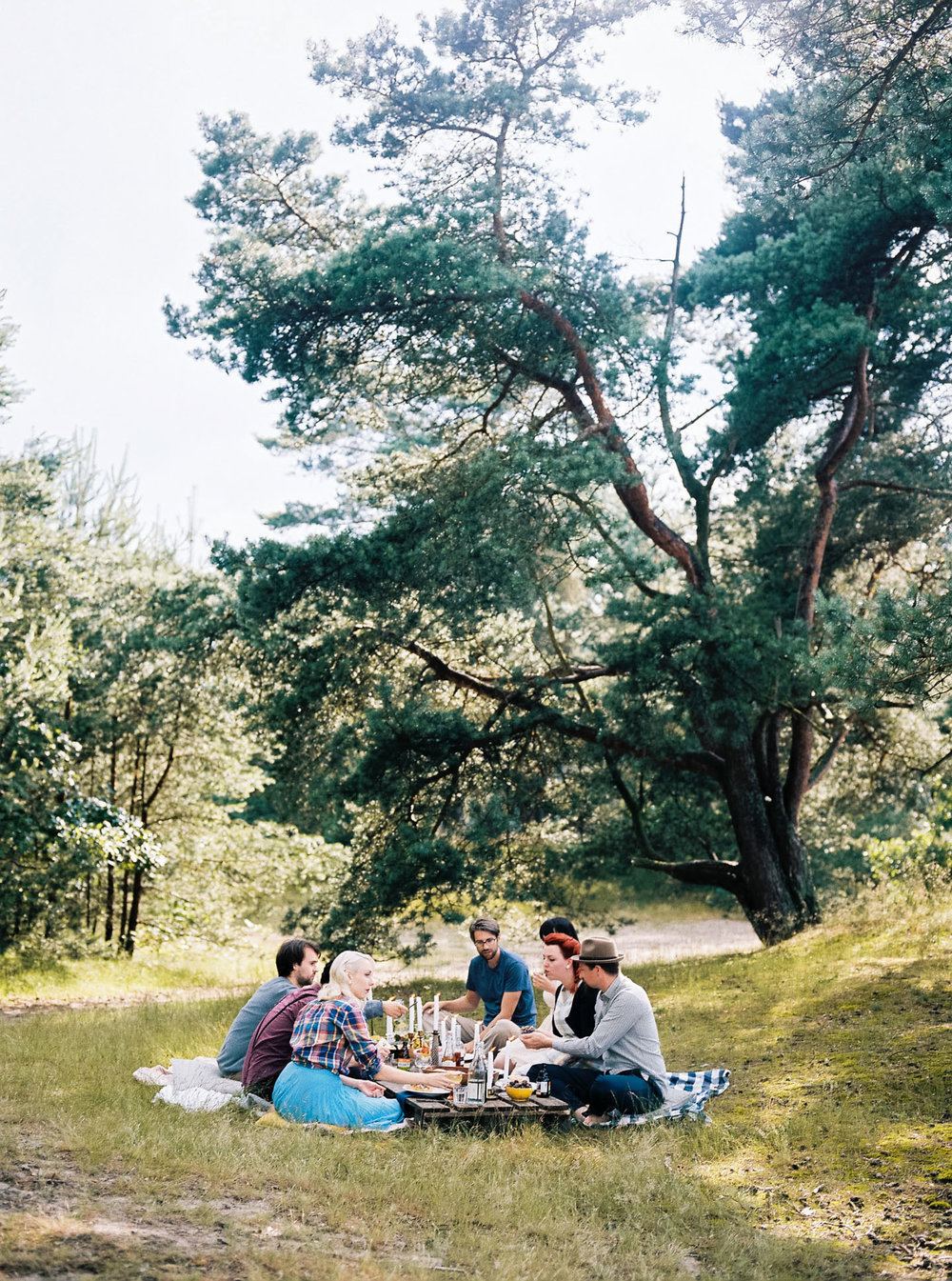 forest-picnic-with-friends-inspire-styling-hanke-arkenbout-photography-24.jpg