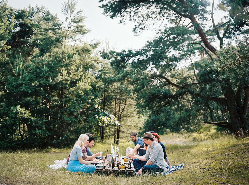forest-picnic-with-friends-inspire-styling-hanke-arkenbout-photography-3.jpg