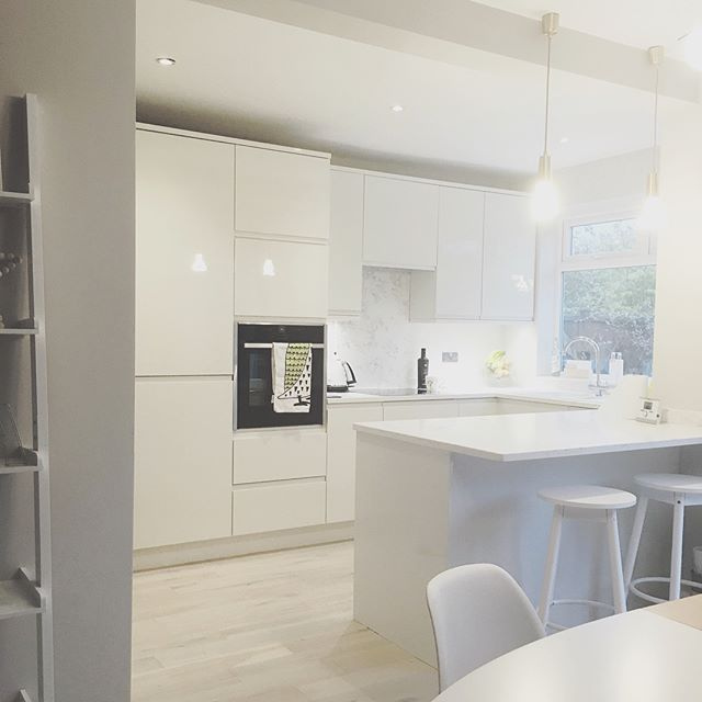 SCANDI VIBES - AN EXAMPLE OF ONE OF OUR CUSTOMERS' SCANDINAVIAN INSPIRED KITCHEN FEATURING THE REMO HANDLESS KITCHEN IN 'PORCELAIN'